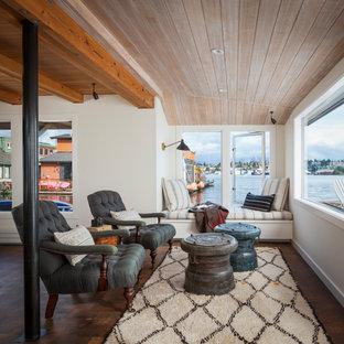 Foto de salón abierto y madera, marinero, con paredes blancas, suelo de madera oscura y suelo marrón