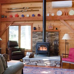 Idee per un soggiorno in montagna aperto con sala formale, pareti marroni, pavimento in legno massello medio, stufa a legna e nessuna TV
