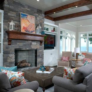 グランドラピッズのビーチスタイルのおしゃれなLDK (フォーマル、グレーの壁、濃色無垢フローリング、標準型暖炉、タイルの暖炉まわり、壁掛け型テレビ) の写真