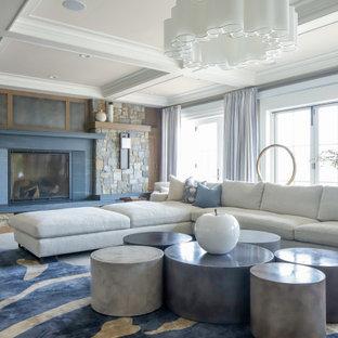 ニューヨークの中サイズのトランジショナルスタイルのおしゃれな独立型リビング (フォーマル、ベージュの壁、無垢フローリング、標準型暖炉、テレビなし、茶色い床) の写真