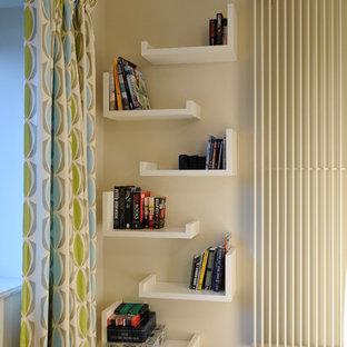 Esempio di un soggiorno minimal di medie dimensioni e chiuso con pareti bianche, parquet chiaro, camino sospeso, cornice del camino in pietra e TV a parete