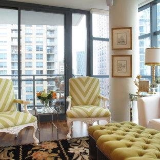 Diseño de salón cerrado, clásico, pequeño, con parades naranjas, suelo de madera en tonos medios y televisor colgado en la pared