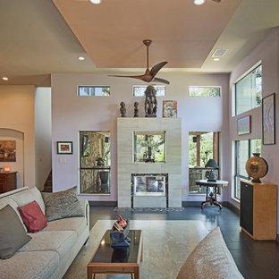 Idee per un grande soggiorno minimalista aperto con sala formale, pareti viola, pavimento con piastrelle in ceramica, camino bifacciale, cornice del camino piastrellata e TV a parete