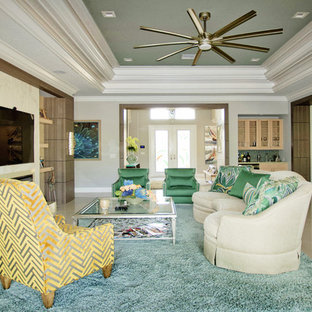 Ispirazione per un grande soggiorno contemporaneo aperto con pareti beige, pavimento in marmo, cornice del camino in pietra, parete attrezzata, camino lineare Ribbon e pavimento beige