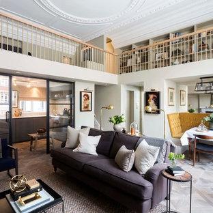 Ispirazione per un soggiorno bohémian aperto con pareti bianche e parquet chiaro
