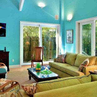 マイアミの中サイズのトロピカルスタイルのおしゃれなLDK (青い壁、無垢フローリング) の写真