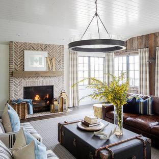 Idee per un soggiorno country chiuso con pareti marroni, parquet scuro, camino classico, cornice del camino in mattoni e pavimento marrone