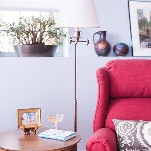 Imagen de salón cerrado, bohemio, pequeño, con paredes azules, suelo de madera clara, chimeneas suspendidas y televisor colgado en la pared