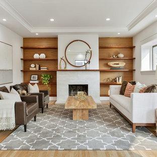 Esempio di un grande soggiorno contemporaneo aperto con sala formale, pareti bianche, parquet chiaro, camino classico, nessuna TV e pavimento beige