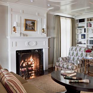 Imagen de salón clásico con paredes blancas y chimenea tradicional