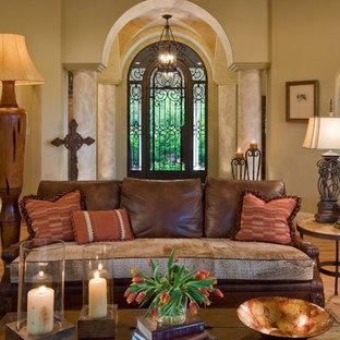 Mediterranes Wohnzimmer mit beiger Wandfarbe in Austin