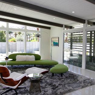 ロサンゼルスの中サイズのミッドセンチュリースタイルのおしゃれなLDK (ベージュの壁、磁器タイルの床、暖炉なし、据え置き型テレビ) の写真
