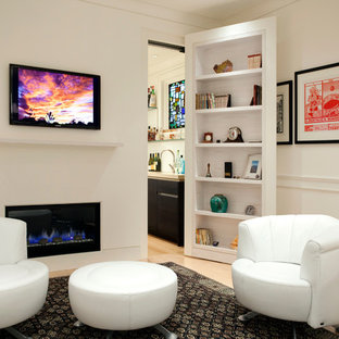 ボストンの大きいコンテンポラリースタイルのおしゃれなリビング (横長型暖炉、壁掛け型テレビ、白い壁、淡色無垢フローリング) の写真