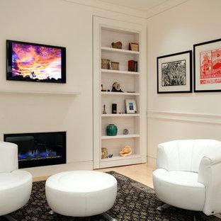 ボストンの広いコンテンポラリースタイルのおしゃれな独立型リビング (フォーマル、白い壁、淡色無垢フローリング、横長型暖炉、壁掛け型テレビ) の写真