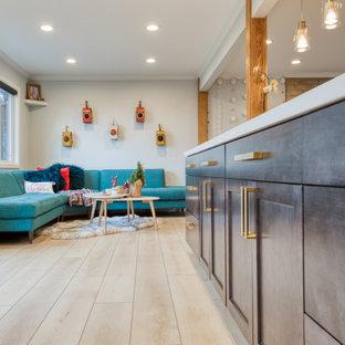 Cette photo montre un salon rétro de taille moyenne et ouvert avec un mur gris, un sol en vinyl, une cheminée standard, un manteau de cheminée en brique et un sol jaune.