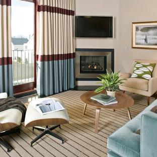 Idee per un piccolo soggiorno contemporaneo chiuso con camino ad angolo, TV a parete, pareti beige, pavimento in ardesia e cornice del camino in metallo