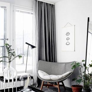 Ispirazione per un soggiorno scandinavo con pareti bianche e parquet scuro