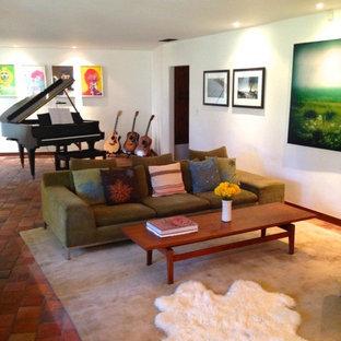 Ispirazione per un soggiorno minimalista di medie dimensioni e chiuso con sala della musica, pareti bianche, pavimento in terracotta, nessun camino e nessuna TV