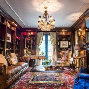 ニューヨークの中サイズのトラディショナルスタイルのおしゃれな独立型リビング (ライブラリー、茶色い壁、カーペット敷き、標準型暖炉、木材の暖炉まわり、マルチカラーの床、内蔵型テレビ) の写真