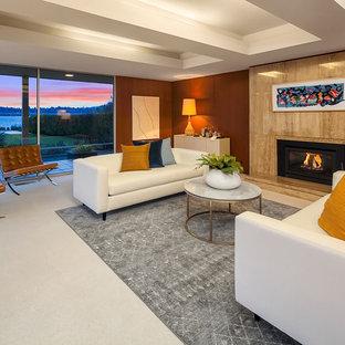 シアトルの大きいミッドセンチュリースタイルのおしゃれな独立型リビング (茶色い壁、カーペット敷き、標準型暖炉、白い床、フォーマル、テレビなし) の写真