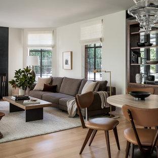 シアトルの中サイズのトランジショナルスタイルのおしゃれな独立型リビング (フォーマル、ベージュの壁、淡色無垢フローリング、標準型暖炉、金属の暖炉まわり、テレビなし、ベージュの床) の写真
