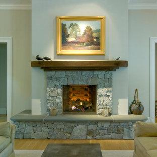 サンフランシスコの中サイズのカントリー風おしゃれなLDK (フォーマル、ベージュの壁、淡色無垢フローリング、標準型暖炉、石材の暖炉まわり) の写真