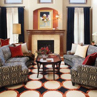 Diseño de salón clásico con marco de chimenea de piedra