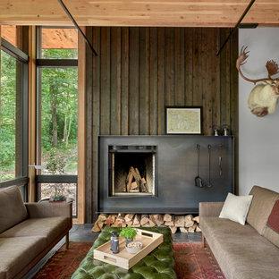 Idee per un soggiorno stile rurale di medie dimensioni e stile loft con pareti bianche, pavimento in ardesia, camino classico, cornice del camino in metallo e pavimento nero