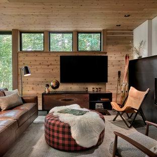 シカゴの広いラスティックスタイルのおしゃれな独立型リビング (ベージュの壁、スレートの床、標準型暖炉、金属の暖炉まわり、壁掛け型テレビ、黒い床、板張り天井、板張り壁) の写真