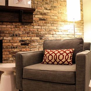 ヒューストンの中サイズのミッドセンチュリースタイルのおしゃれなLDK (グレーの壁、カーペット敷き、標準型暖炉、レンガの暖炉まわり、壁掛け型テレビ) の写真
