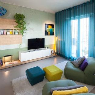 Ejemplo de salón contemporáneo con televisor independiente, paredes multicolor, suelo de cemento y suelo gris