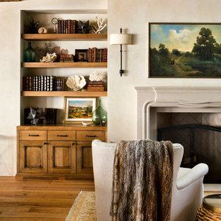Idéer för mellanstora amerikanska vardagsrum, med beige väggar, mellanmörkt trägolv, en standard öppen spis, en spiselkrans i betong och brunt golv