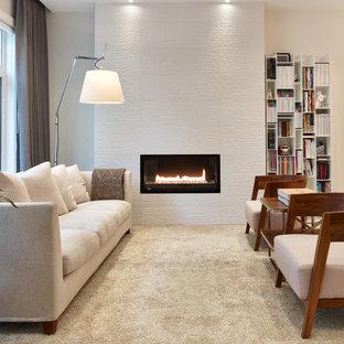 Foto di un piccolo soggiorno minimal aperto con libreria, pareti beige, moquette, camino lineare Ribbon e nessuna TV