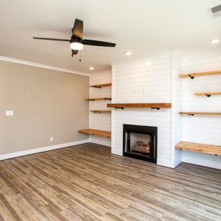 Imagen de salón machihembrado, abierto y machihembrado, de tamaño medio, machihembrado, con paredes grises, suelo vinílico, chimenea tradicional, televisor colgado en la pared, suelo gris y machihembrado