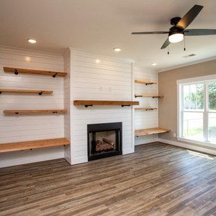 バーミングハムの中くらいのおしゃれなLDK (グレーの壁、クッションフロア、標準型暖炉、塗装板張りの暖炉まわり、壁掛け型テレビ、グレーの床、塗装板張りの壁) の写真