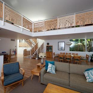 Imagen de salón abierto, minimalista, con paredes blancas