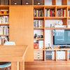 Houzzツアー : 収納とプライベート空間への入口を兼ねた、壁面棚が主役の家