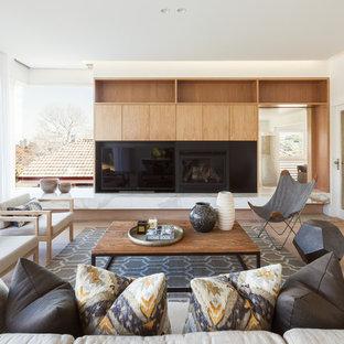 Inspiration pour un salon nordique de taille moyenne et ouvert avec un mur blanc, une cheminée standard et un téléviseur indépendant.