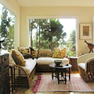 Idee per un piccolo soggiorno american style aperto con pareti beige e moquette