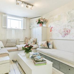 Idées déco pour un petit salon romantique fermé avec un sol en bois peint, aucun téléviseur, un sol blanc, une salle de réception et un mur beige.