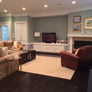 Immagine di un grande soggiorno stile marino aperto con angolo bar, pareti blu, parquet scuro, camino classico, cornice del camino in pietra e TV autoportante