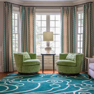 Foto di un soggiorno classico di medie dimensioni e chiuso con pareti grigie, pavimento in legno massello medio, nessuna TV, pavimento verde, sala formale e nessun camino