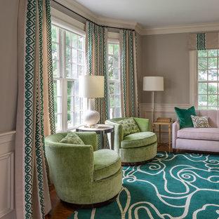 Klassisk inredning av ett mellanstort separat vardagsrum, med grå väggar, mellanmörkt trägolv, grönt golv och ett finrum