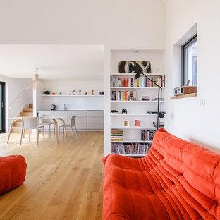 Пример оригинального дизайна: открытая гостиная комната среднего размера в стиле модернизм с белыми стенами, светлым паркетным полом и бежевым полом