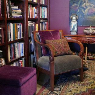 Ispirazione per un soggiorno eclettico chiuso con pareti viola, pavimento in cemento, cornice del camino in pietra e libreria
