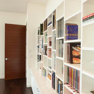 Imagen de biblioteca en casa minimalista con paredes blancas