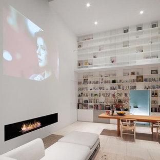 東京都下のコンテンポラリースタイルのおしゃれなLDK (白い壁、横長型暖炉、内蔵型テレビ、ベージュの床) の写真