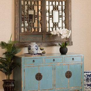 Diseño de salón para visitas abierto, de estilo zen, de tamaño medio, con paredes beige y suelo de madera en tonos medios