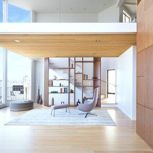 Réalisation d'un salon nordique avec une salle de réception, un mur blanc, un sol en bois clair, une cheminée ribbon, un manteau de cheminée en métal et aucun téléviseur.