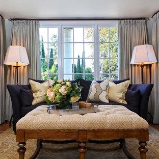 Abgetrenntes, Kleines Klassisches Wohnzimmer mit bunten Wänden, braunem Holzboden und Kamin in Portland